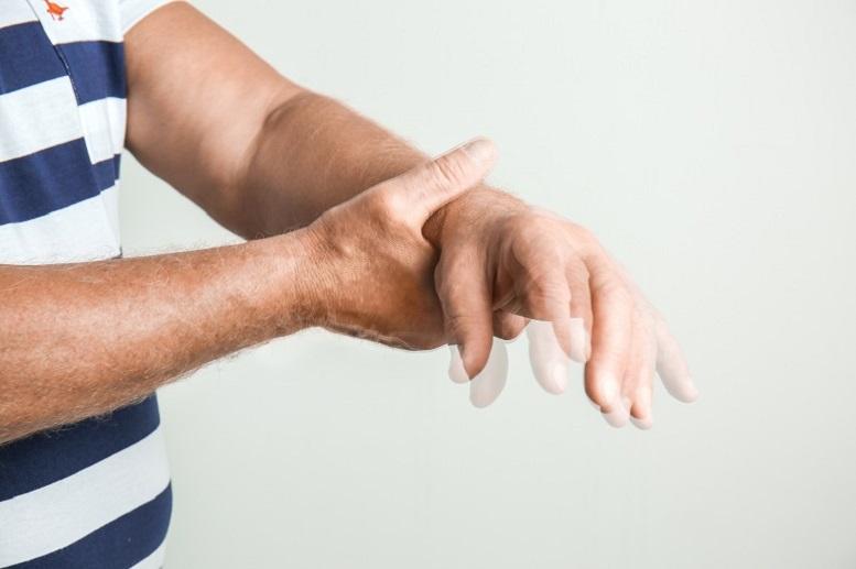 Dyskinezy − skąd biorą się drżenia, tiki czy dystonia?